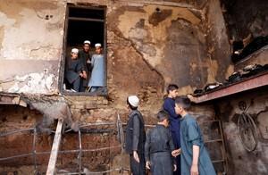 KAB01. KABUL (AFGANISTÁN), 26/07/2018.- Varios afganos observan el lugar donde se produjo el ataque suicida contra un convoy del Directorio Nacional de Seguridad (NDS) en Kabul, Afganistán, hoy, 26 de julio de 2018. Al menos 6 personas murieron, entre ellas cuatro miembros del NDS, y otras 6 resultaron heridas en el atentado. EFE/ Hedayatullah Amid