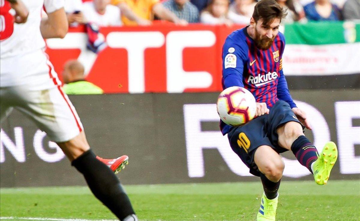 Messi dispara a la portería del Sevilla.