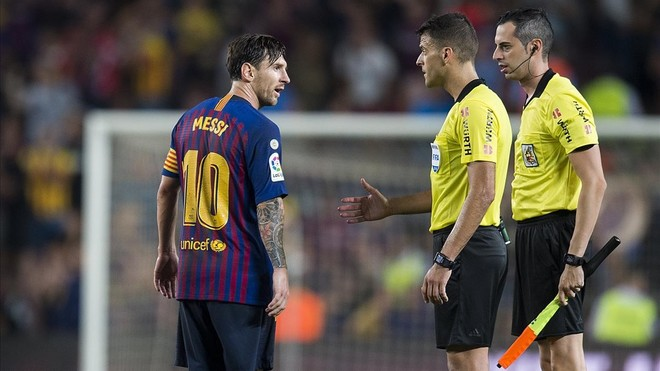 Messi niega el saludo a Gil Manzano al final del Barça-Girona en el Camp Nou.