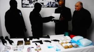 Miembros de ETA entregan parte de su arsenal a los observadores intenacionales, en febrero del 2014.