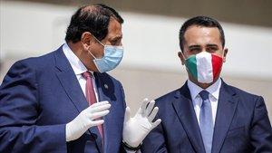 El ministro de Exteriores italiano, Luigi di Maio, luce una máscara protectora con los colores de la bandera italiana al dar la bienvenida al embajador de Qatar en Italia, Abdulaziz bin Ahmed Al Malki durante la llegada de un vuelocon ayuda médica del país árabe, este lunes, en Roma.