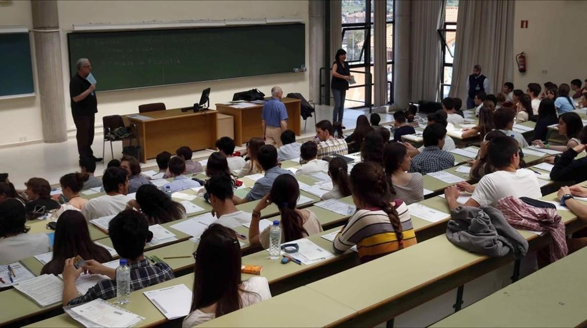 Estudiantes durante una prueba de selectividad en la Universidad de Oviedo, el pasado mes de junio.