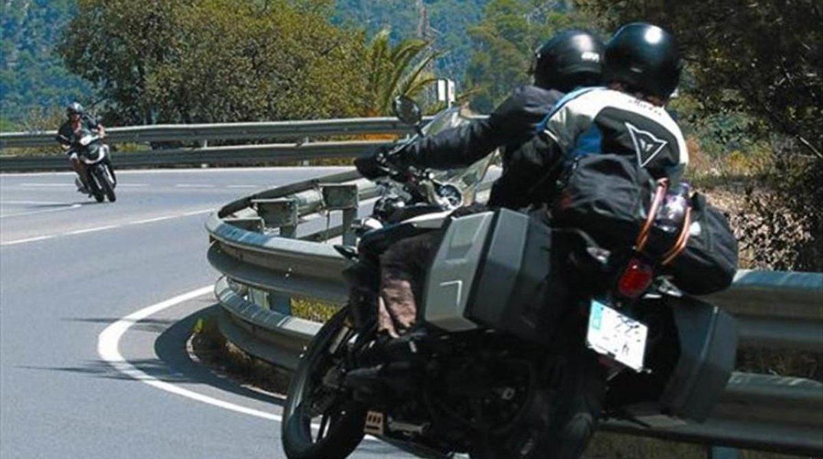 Un motorista circulando por una carretera en una imagen de archivo.