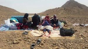 Mujeres y niños sirios en las afueras de Figuig (Marruecos), en el Sáhara, en una especie de tierra de nadie en la frontera con Argelia.