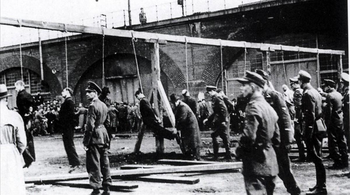 Tropas nazis ejecutando a prisioneros en la horca.