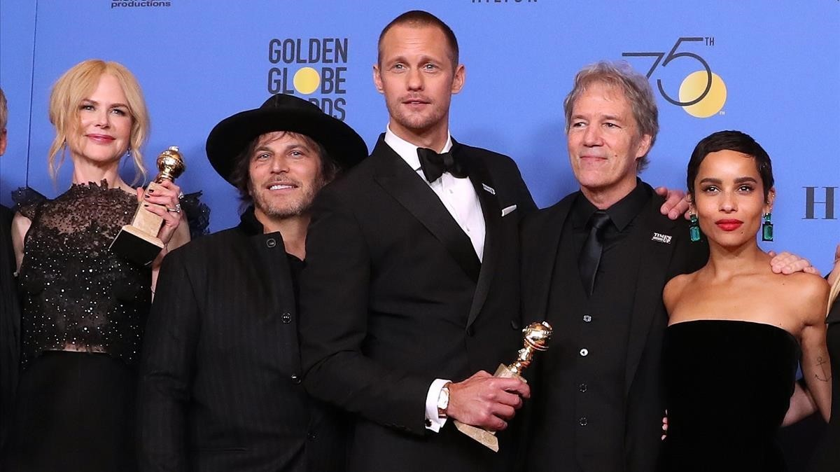 Nicole Kidman, Nathan Ross, Alexander Skarsgard, David EKelley y Zoe Kravitz posan con el premio por Big Little Lies.