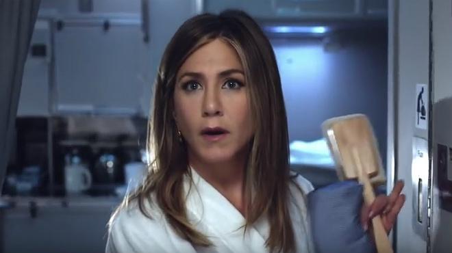 La actriz Jennifer Aniston, en el nuevo y cómico anuncio de la aerolínea Emirates.