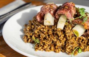 Ca la Nuri Platja ofrece varios platos, como este arroz de secreto ibérico con 'calçots'.