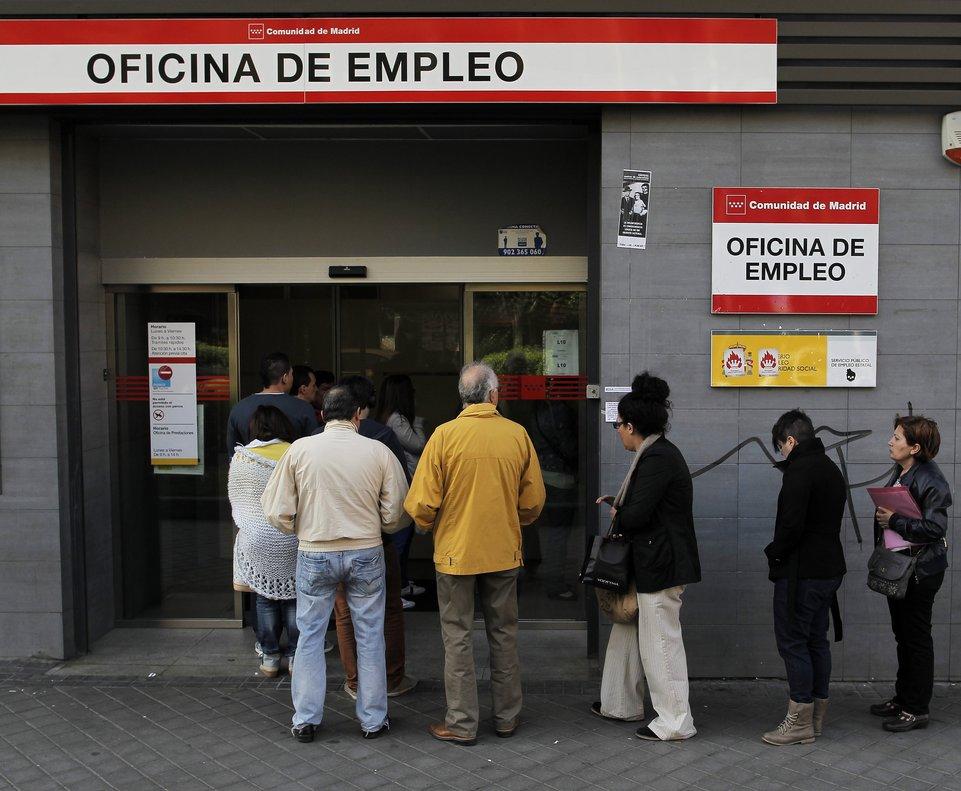Gente entrando en las oficinas del paro