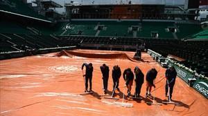 Operarios achican el agua en la central de Roland Garros.