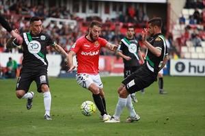 Palanca, autor del tercer gol de Nástic, controla un balón ante dos jugadores del Córdoba.