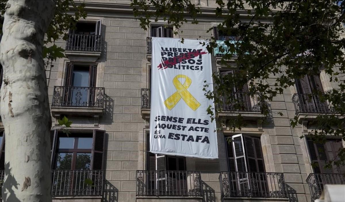 Pancarta en un edificio cerca del Pla de lOs.