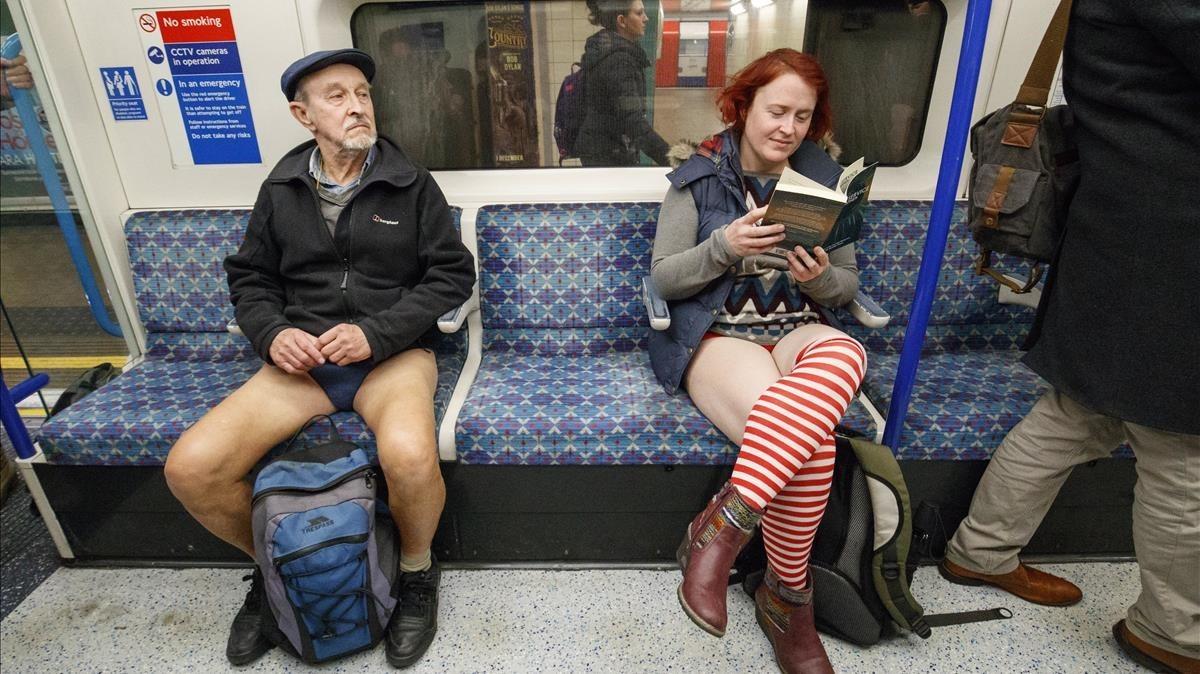 Usuarios del metro londinense, sin pantalones.