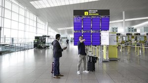 Pasajeros a su llegada al aeropuerto de El Prat.