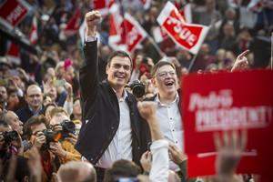 Pedro Sánchez, candidato del PSOE a la presidencia del Gobierno, con Ximo Puig, presidente de la Comunidad Valenciana y secretario general del PSPV-PSOE, en el mítin celebrado en Valencia, este domingo.