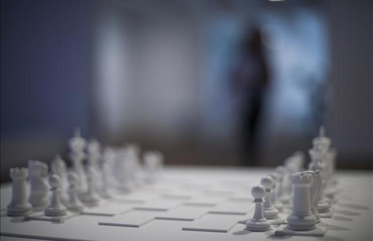 Play it by trust, el ajedrez blanco de Yoko Ono que cierra la exposición.