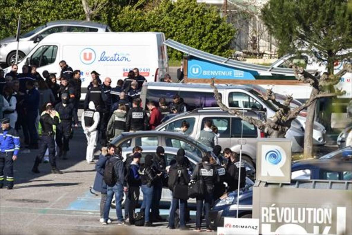 Policías y gendarmes a las afueras del supermercado de Trèbes