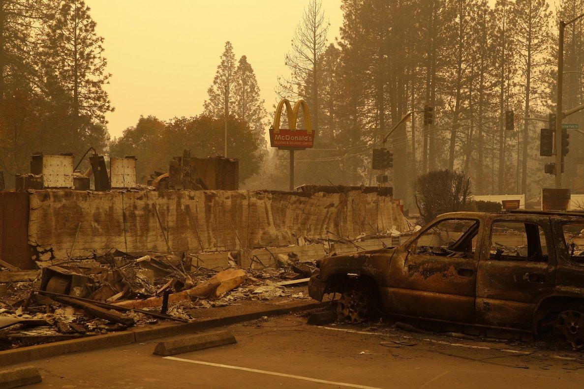 Un poste de McDonalds sobresale del restaurante quemado en la ciudad de Paradise