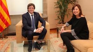 El president Carles Puigdemont recibe a la presidenta balear, Francina Armengol, en el Palau de la Generalitat.