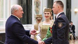 El presidente bielorruso, Aleksándr Lukashenko, saluda al nuevo jefe de policía de Minsk, Mikhail Grib.
