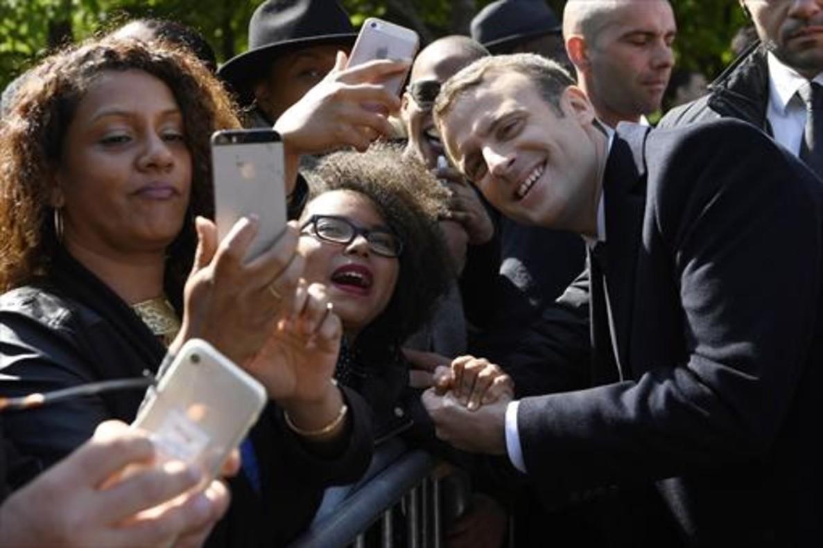 El presidente electo francés, Emmanuel Macron, posa para un selfi junto a unas simpatizantes, en París.