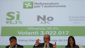 El presidente de Lombardía, Roberto Maroni, en una rueda de prensa tras el referéndum del domingo.