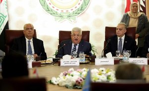 El presidente palestino, Mahmud Abbás (centro), durante el encuentro de la Liga Árabe en El Cairo.
