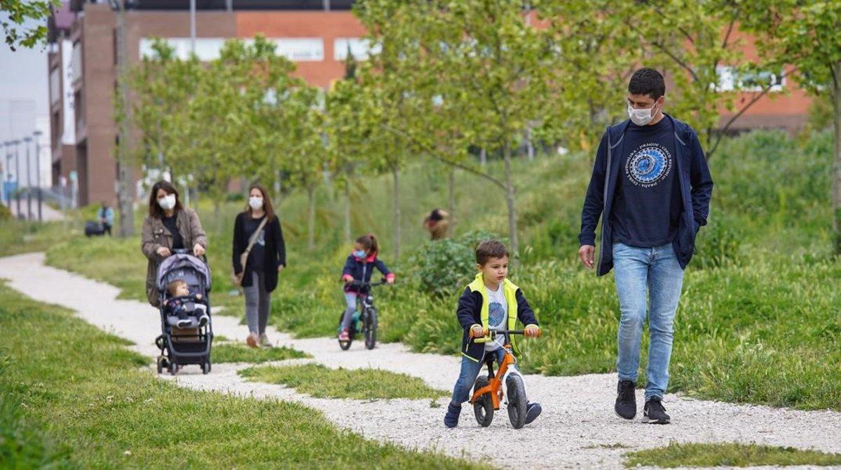 Familia pasean con sus hijos por el Parc Central de Igualada, el primer dia que puedieronsalir los niños menores a la calle.