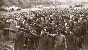 Prisioneros haciendo el saludo fascista en el campo de concentración de Irún, en Guipúzcoa.