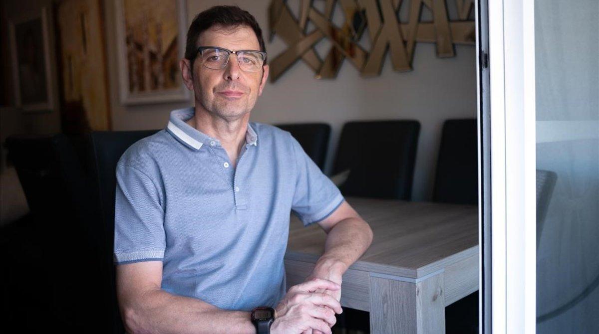 El profesor y orientador de padres Fracisco Castaño, en su casa de Casteldefells, durante la entrevista con EL PERIÓDICO.