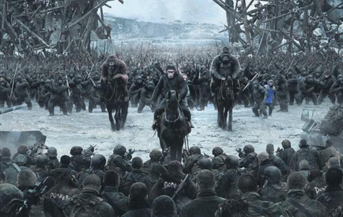 PROTAGONISTA3Abajo, Andy Serkis, otra vez caracterizado como César, en un momento de La guerra del planeta de los simios. A la derecha, un fotograma del filme de Matt Reeves.