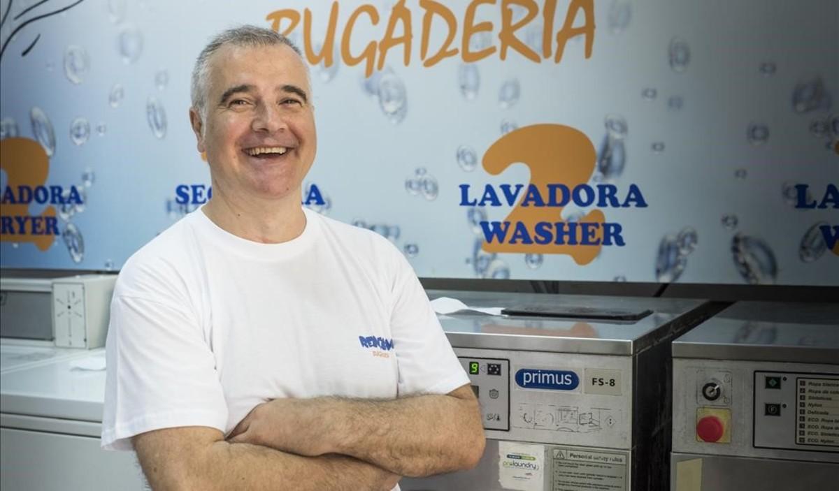 Rafael Miras, en su negocio de lavandería Rentam.