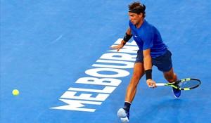 Rafael Nadal devuelve un golpe en un entrenamiento con Dominic Thiem en Melbourne.