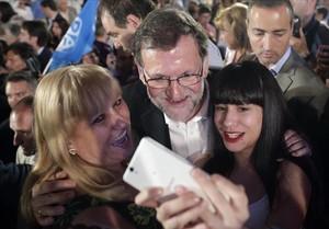 Mariano Rajoy se fotografía con unas simpatizantes tras el mitin que ofreció en Zaragoza.