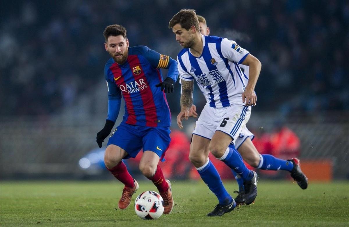 Messi e Iñigo Martínez, en el partido de ida de la Copa del Rey entre Real Sociedad yBarça, del 19 de enero del 2017.