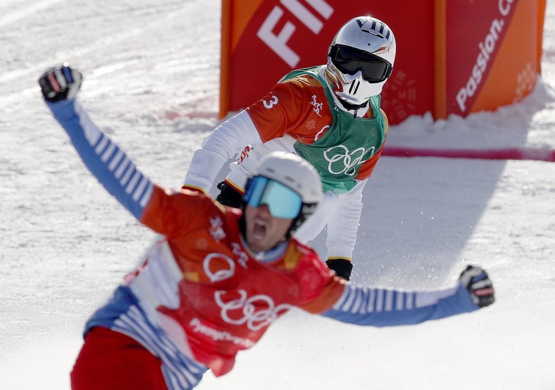 Regino Hernández entra por detrás de Pierre Vaultier en la final olímpica de snowboardcros.