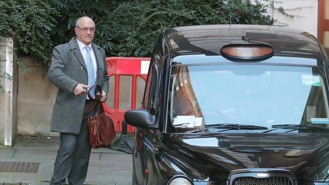 El máximo responsable de Oxfam,Mark Goldring, sale del Ministerio de Cooperación Internacional, en Londres.