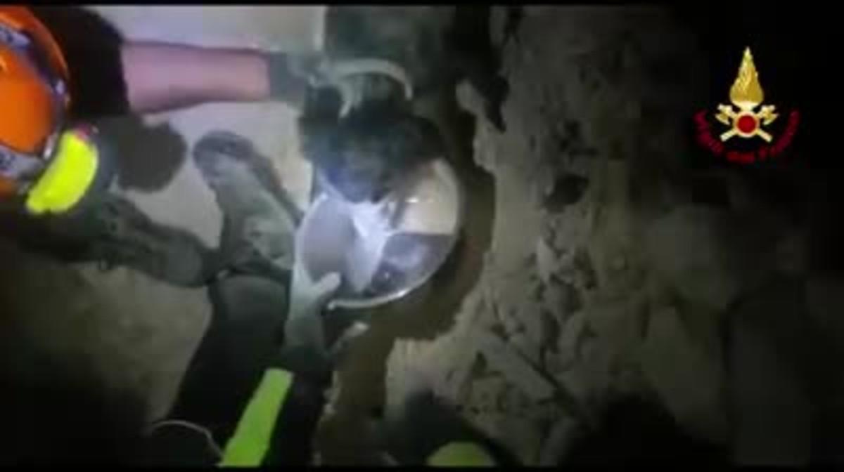Momento del rescate de un perro atrapado bajo los escombros del terremoto en Italia.