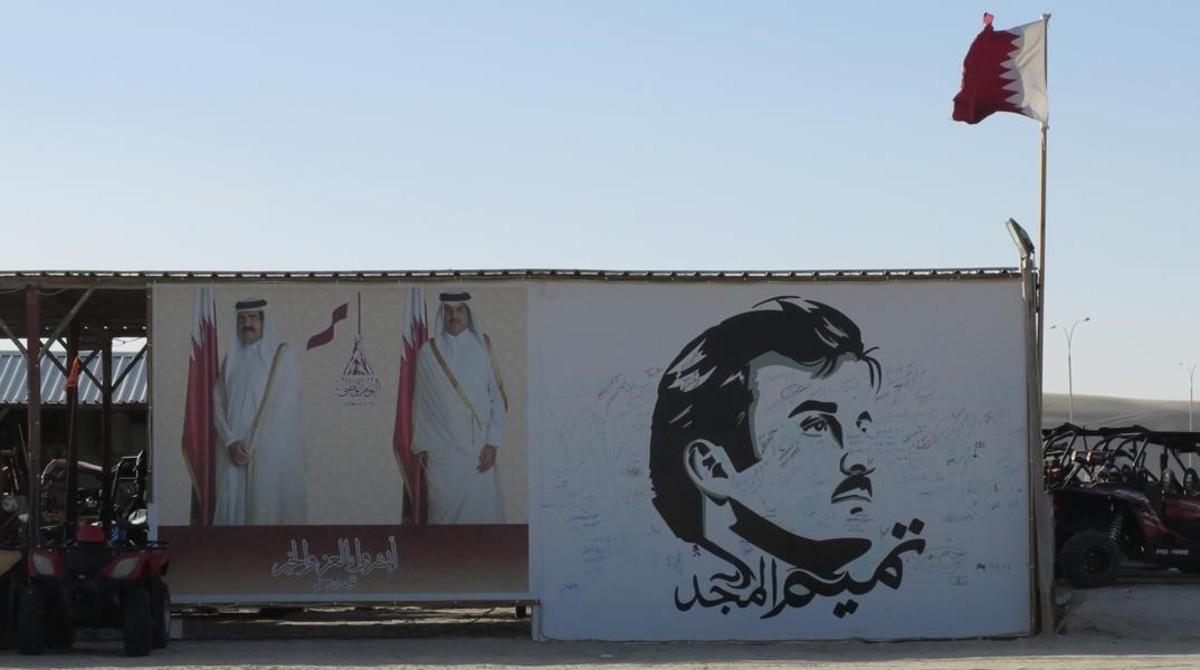 El retrato del emir Tamim, el glorio y sus familiares preside un centro de recreo de las afueras de Doha.