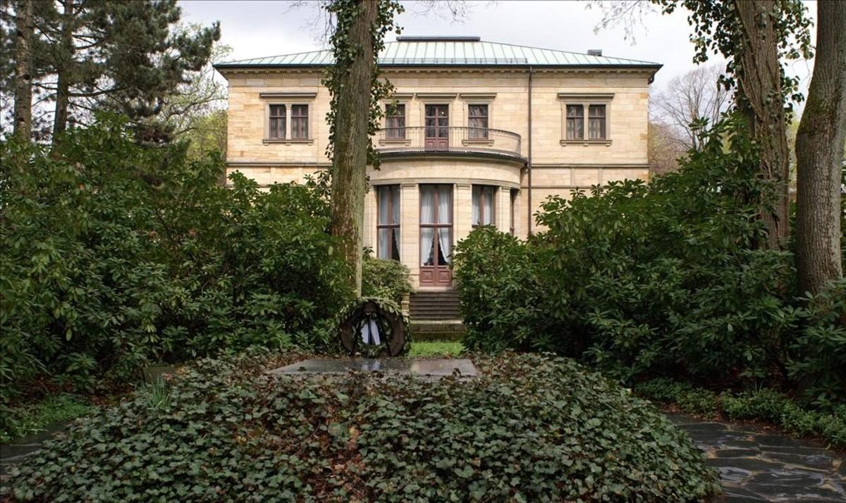 La tumba de Richard Wagner y la parte trasera de Villa Wahnfried al fondo,con la rotonda del salón utilizado para conciertos.