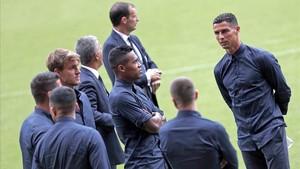 Ronaldo con sus compañeros de la Juventus en Mestalla.