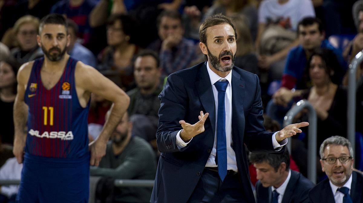 Sito Alonso protesta una decisión arbitral ante la mirada de Navarro.
