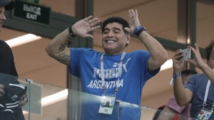 Maradona hace uno de sus clásicos shows en las gradas del estadio Nizhny Novgorod.