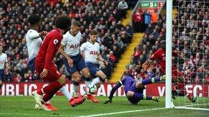 Salah observa como su cabezazo es mal despejado por Lloris y toca en Alderweireld.