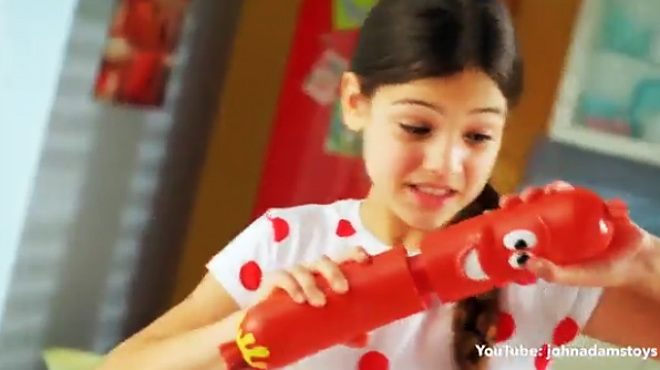 Uno de los anuncios de juguetes más insistentes en las cadenas infantiles es el de La salchicha loca.