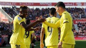 Samu Chukwueze (izquierda) celebra su gol al Girona con sus compañeros.