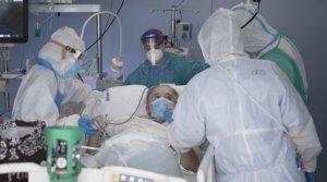 Sanitarios atienden a un enfermo decovid-19 en la uci de un hospital.