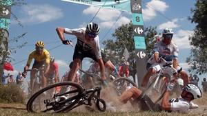 Chris Froome cae sin consecuencia sobre los adoquines del Tour.