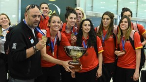 La selección, con Lucas Mondelo y Laia Palau a la cabeza, a su llegada al aeropuerto de Madrid