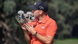 Sergio García besa el trofeo tras proclamarse ganador en Valderrama